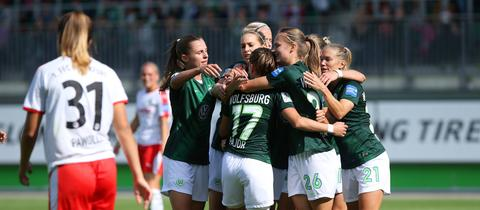 Pawollek sieht, wie Wolfsburger Spielerinnen ein Tor bejubeln.