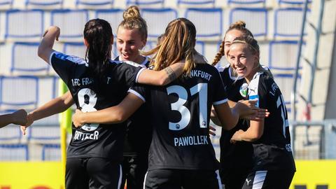 Die Spielerinnen des FFC Frankfurt jubeln nach dem Tor