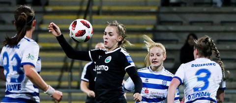 Widmer schirmt gegen drei Duisburgerinnen den Ball ab.