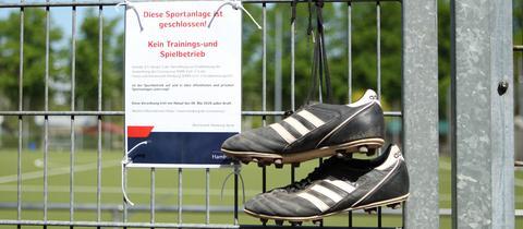 Leere Fußballplätze sorgen bei Amateursportlern für großen Frust.