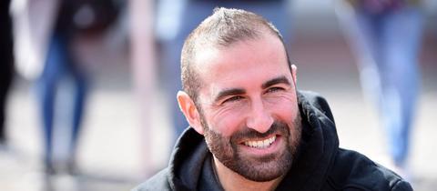 Trainer Daniyel Cimen feiert mit dem FC Gießen einen Sieg im Spitzenspiel bei Bayern Alzenau.