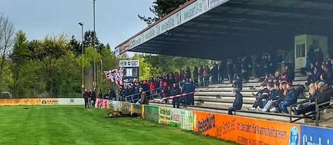 Polizisten beim Fußball in Griesheim
