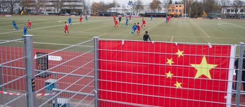Ein chinesische Flagge beim Testspiel in Mainz