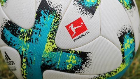 Bundesliga-Ball mit DFL-Logo