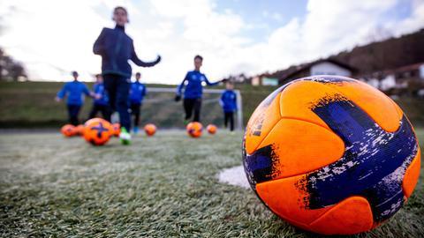 Kinder in Sandbach (Odenwald) beim Fußball-Training.