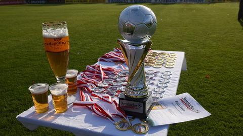 Der Hessenpokal, drei Bier und diverse Medaillen warten auf einen Abholer