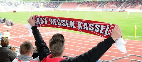 Ein Fan des KSV Hessen Kassel mit Schal