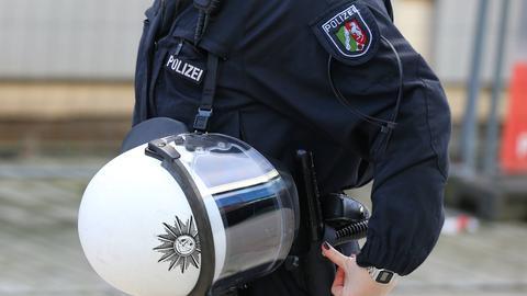Polizist der Einsatzhundertschaft in voller Montur