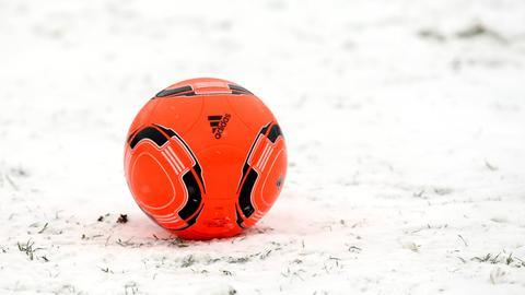 Ein roter Fußball im Schnee