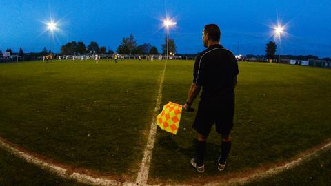 Ein Schiedsrichter-Assistent bei einem Amateurfußball-Spiel