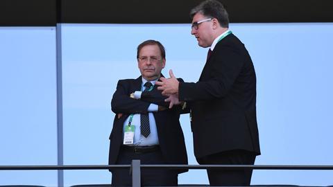 DFB-Vize Rainer Koch (li.) und Eintracht-Vorstandsmitglied Axel Hellmann im Gespräch.