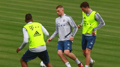 Lukas Mai im Training mit Jerome Boateng (li.) und Benjamin Pavard (re.)