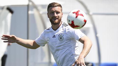 Shkodran Mustafi hat den Ball im Training der deutschen Nationalmannschaft fest im Blick.