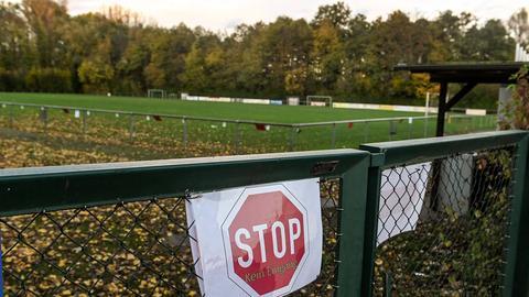Auch auf diesem Fußballplatz in Bruchköbel ruht der Trainings- und Spielbetrieb.