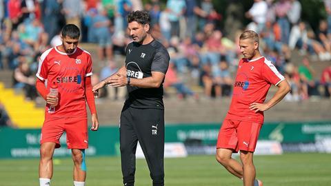 Adrian Alipour und Spieler des TSV Steinbach Haiger