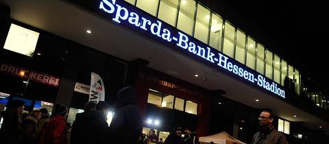 Fans vor dem Sparda-Bank-Hessen-Stadion