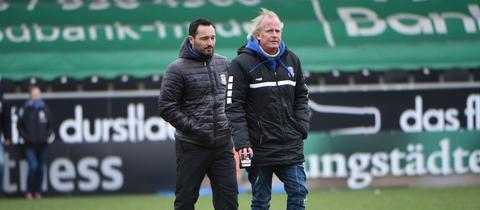 Thomas Brendel steht neben Michael Görner im Stadion.