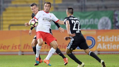 Der Kasseler Marco Dawid wird umringt von zwei Homburger Gegenspielern.