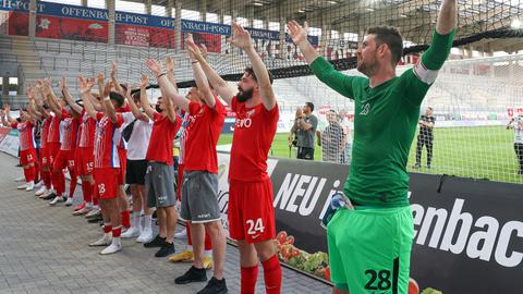 Der OFC jubelt mit den Fans auf der Tribüne