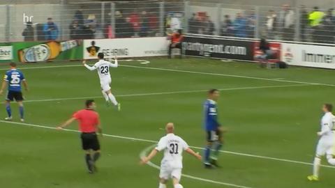 Hessen Dreieich bejubelt den Treffer gegen Saarbrücken