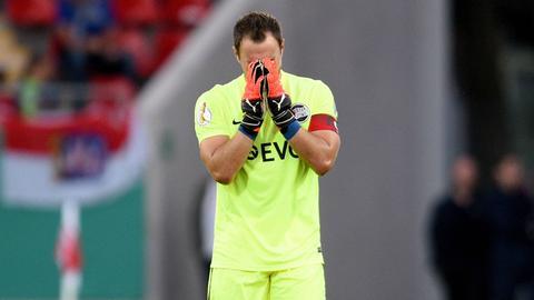 Kickers-Keeper Daniel Endres schlägt die Hände vors Gesicht.