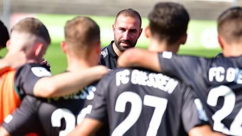 Daniyel Cimen, Trainer des FC Gießen, mit seiner Mannschaft