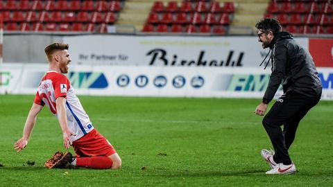 Mathias Fetsch (li.) gibt Offenbachs Trainer Angelo Barletta Grund zum Jubeln.