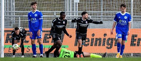 Der FSV Frankfurt bejubelt den Siegtreffer in Alzenau.