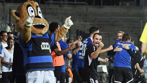 Ekstase an der Seitenauslinie: Trainer Conrad (hinten) und sein FSV feierten den ersten Punktgewinn der Saison.