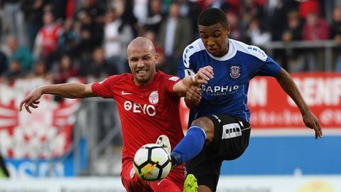 Kickers Offenbach Spieler Marco Rapp im Duell mit Leon Bell Bell vom FSV Frankfurt