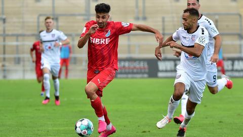 Serhat Ilhan vom TSV Steinbach gegen Ahmed Azaouagh vom FSV Frankfurt