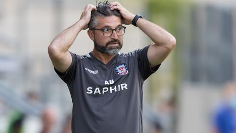 FSV-Trainer Angelo Barletta rauft sich die Haare.