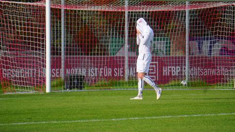Ein Spieler des FC Gießen versteckt seinen Kopf unter einem Trikot.