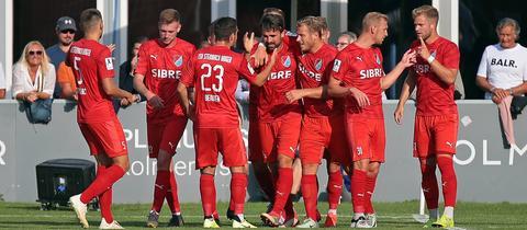 Der TSV Steinbach Haiger bejubelt das Siegtor in Gießen