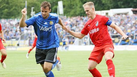 Benjamin Kirchhoff (re.) unterlag mit dem TSV Steinbach-Haiger dem 1. FC Saarbrücken.