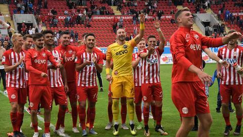 Jake Hirst durfte sich nach dem 7:0 gegen den FSV Frankfurt noch einmal extra von Fans und Mitspielern feiern lassen.