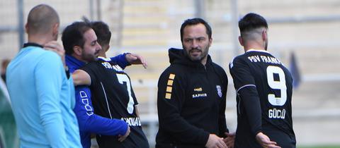Thomas Brendel und einige Spieler des FSV Frankfurt