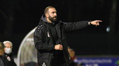 Daniyel Cimen, Trainer des FC Gießen, an der Seitenlinie