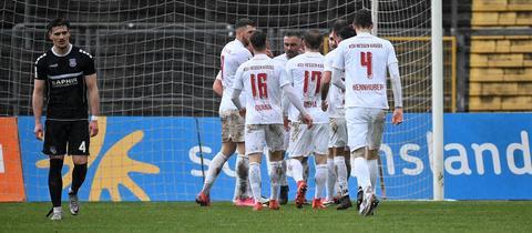 Der KSV Hessen Kassel bejubelt das 2:0 gegen den FSV Frankfurt