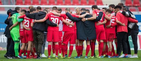Die Spieler von Kickers Offenbach im Mannschaftskreis.