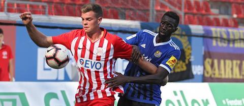 OFC-Spieler Jake Hirst und Saarbrückens Alexandre Mendy kämpfen um den Ball.