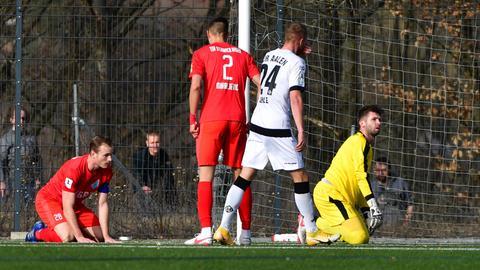 Die Spieler des TSV Steinbach schauen geknickt nach dem 1:2-Anschlusstreffer des VfR Aaalen.
