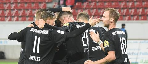 Die Mannschaft des TSV Steinbach-Haiger jubelt
