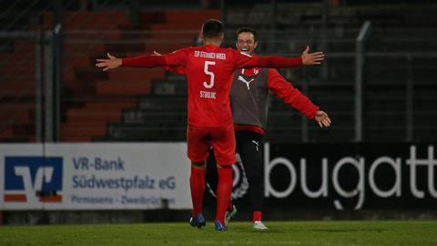 Sasa Strujic jubelt mit einem Ersatzspieler