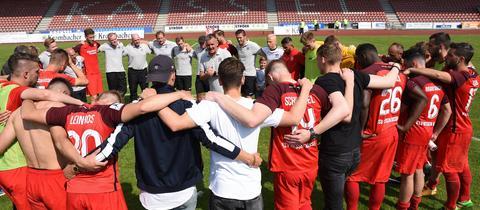 KSV-Trainer Tobias Cramer (im Kreis) geht nach dem Abstieg wahrscheinlich mit seiner Mannschaft in die Hessenliga.