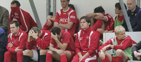 Traurige Kickers-Spieler nach dem Abstieg