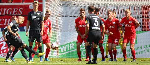 Szene aus dem Spiel Kickers Offenbach gegen SV Elversberg