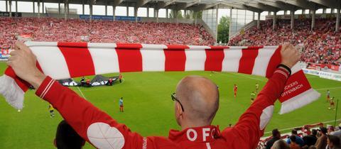 Fan mit OFC-Schal im Stadion am Bieberer Berg