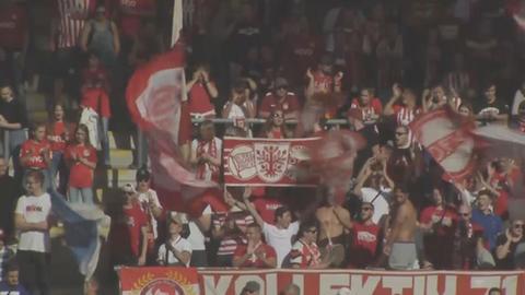 Fans von Kickers Offenbach mit Fahnen