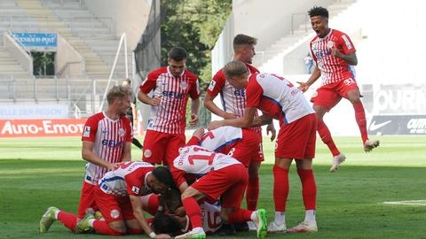 Die Offenbacher Kickers jubeln gegen Hoffenheim.